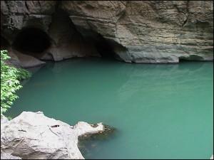 La rivière verte est un cours d'eau souterrain, auréolée de mystère. Ses eaux, vert émeraude, traversent brièvement le canyon avant de disparaître à nouveau dans la roche.