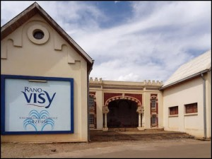 """Le bâtiment de l'eau minérale """"Rano Visy"""" à Antsirabe."""