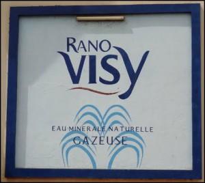 """Rano (eau) Visy (Vichy). Eau minérale proche de la cource """"Grande Grille"""" à Vichy."""