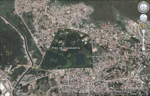 Avec la vue aérienne du parc de Tsarasaotra, on se rend parfaitement compte qu'il est situé totalement en milieu urbain.