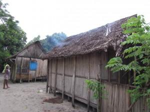 La cuisine est faite çà l'intérieur. La fumée produite par les fatapera sort de la maison directement à travers la paille du toit.