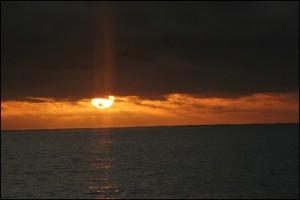 Le soleil disparaît, le froid arrive...  La côte est encore loin.
