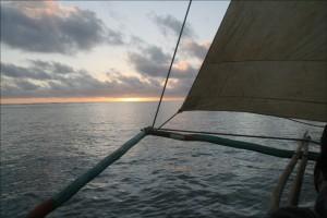 Le soleil commence à disparaître, le vent tombe, la mer devient d'huile.
