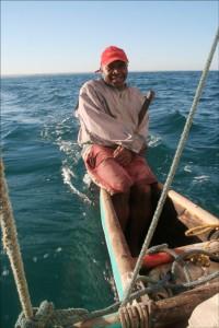 Sous des vents favorables et sur une mer agréable, notre pirogue avale les miles très agréablement