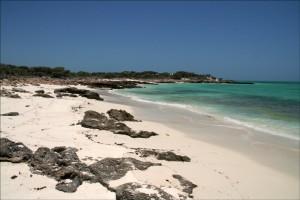 Quelques kilomètres avant d'atteindre Tsandamba par la piste, de belles plages bordent le lagon vert émeraude.