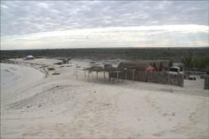 Les petits bungalows construits par Mr Odilon, perchés sur la dune sont dans l'enclos de sa propriété, la seule du village a être clôturée.