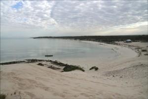 Notre pirogue, ancrée dans la baie, reste seule au petit jour. Tous les pêcheurs sont déjà en mer.