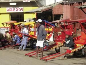 """Les pousse-pousse sont en nombre considérable à Antsirabe, la """"Capitale du pousse-pousse""""."""