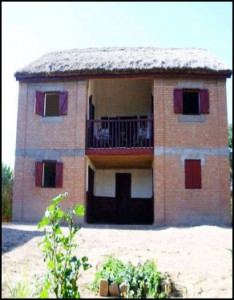 "Au village d'Ambohidranandriana, l'association ""masoandro miposaka"" saura bien vous loger."