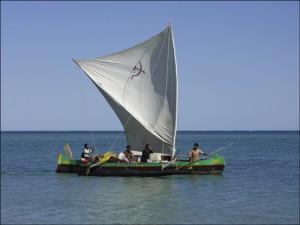 les pirogues Vezo servent autant à aller à la pêche qu'au transport des maerchandises et des passagers.