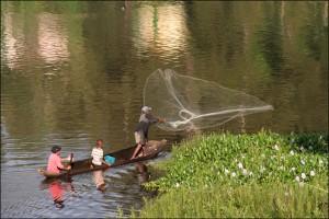 Les pêcheurs locaux ne trouvent plus dans ce lac les richesses qui les faisaient vivre. Ici, au lac Itasy.