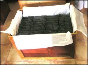 Vanille de Madagascar. C'est un affinage qui dure huit longs mois dans des malles en bois habillées de papier paraffiné. de vanille.