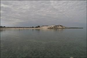 Le lagon est superbe, pas une ride sur l'eau d'un bleu magnifique. Au loin, sur la dune : Tsandamba avant Salary.