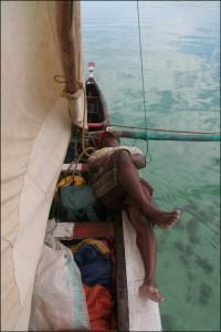 Salary. Gilles à la barre s'occupe de garder le cap. Julien et moi-même sommes (presque) « confortablement » allongés sur la pirogue