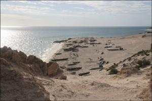 Vus des hauteurs qui surplombent Salary Sud, la plage et les pirogues des pêcheurs.