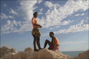 Deux jeunes filles de Salary sont venues chanter sur les hauteurs face au lagon...
