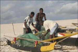 Je discute avec quelques pêcheurs de Salary qui réparent leurs filets avec les enfants qui apprennent le métier en les regardant tout en s'amusant.