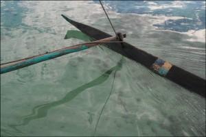 La pirogue glisse silencieusement sur l'eau claire du lagon vers Salary