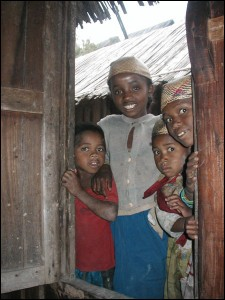 Voyage accessible. Une famille en pays Zafimaniry nous accueille chaleureusement dans sa case.
