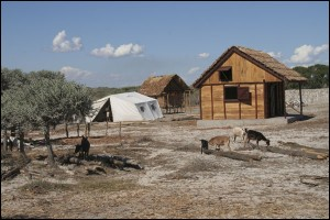 Les petits bungalows que le chef du village d'Ambatomilo est en train de construire pour les clients de passage... .