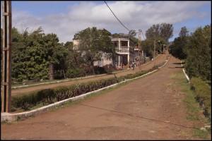 Traversée de la petite ville de Joffreville chargée d'histoire.  Ankarana.