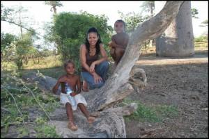 Les enfants adorent poser pour des photos comme ici à l'allée des baobabs.
