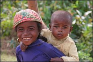 Enfants de l'ethnie Betsiléo rencontrés au bord de la RN7.