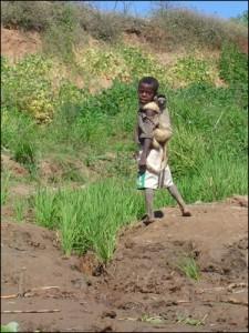 Enfant malgache et son lémurien apprivoisé.