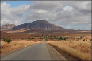 Le réseau routier goudronné de Madagascar ne représente qu'environ 4000km. Ici, la RN7. Colonisation française.