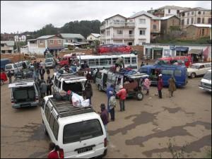 Voyage accessible. La gare routière à Ambositra avant le départ des taxi brousses.
