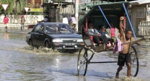 PMR personnes handicapées. Pousse pousse à Tuléar un rare jour de pluie.
