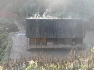 Zafimaniry Pangalanes. La cuisine se fait dans les maisons dépourvues de cheminées.