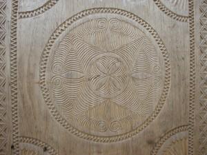 Les portes et fenêtres des maisons du Pays  Zafimaniry sont toutes sculptées de motifs géométriques.