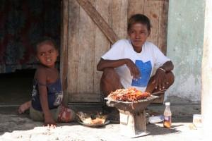 Madagascar découvertes. Langoustes chez un pécheur Vezo.