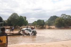 Madagascar découvertes. Bac de Bekopaka.