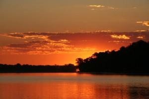 Madagascar découverte. coucher de soleil sur le Tsiribihina.