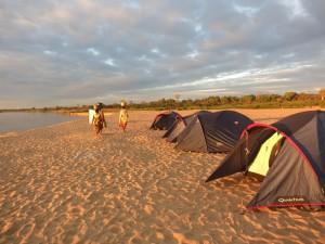 Madagascar découverte. Bivouac sur le Tsiribihina.